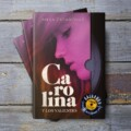 Anna Casanovas muestra la portada de la que será su próxima novela «Carolina y los valientes»