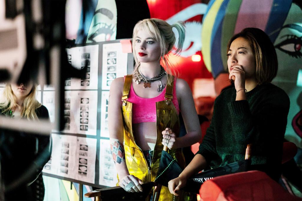 Imagen que muestra a la directora Cathy Yan y a la actriz Margot Robbie vestida de Harley Quinn en el set de 'Aves de presa'