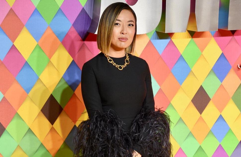 Imagen de la directora Cathy Yan con el fondo de colores y ella vestida negro
