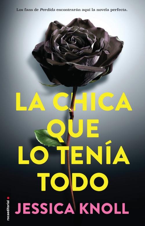 Portada de la novela 'La chica que lo tenía todo' que muestra el titular en amarillo, el fondo en gris y en el centro una rosa negra