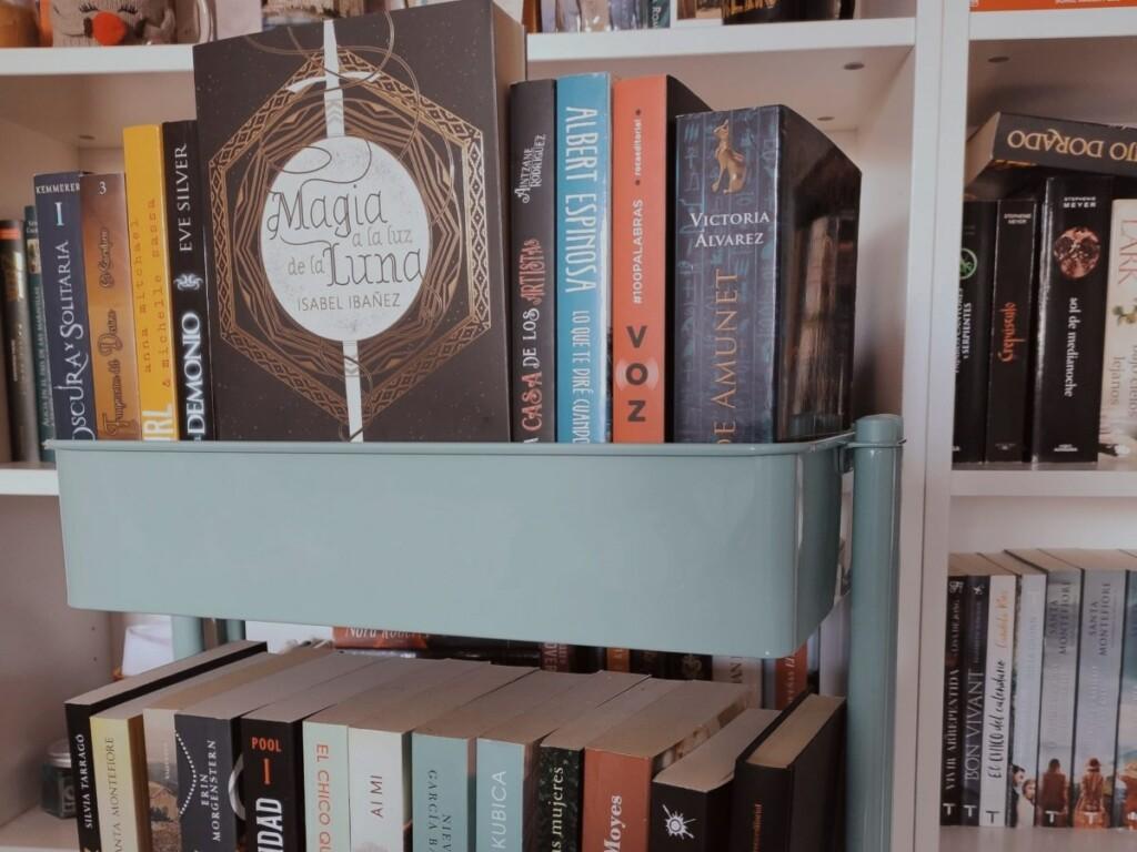 Novela Magia a la luz de la luna en el carrito de lecturas