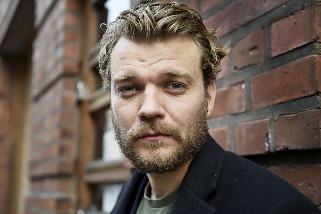 Fotografía del actor danés Pilou Asbaek de primer plano