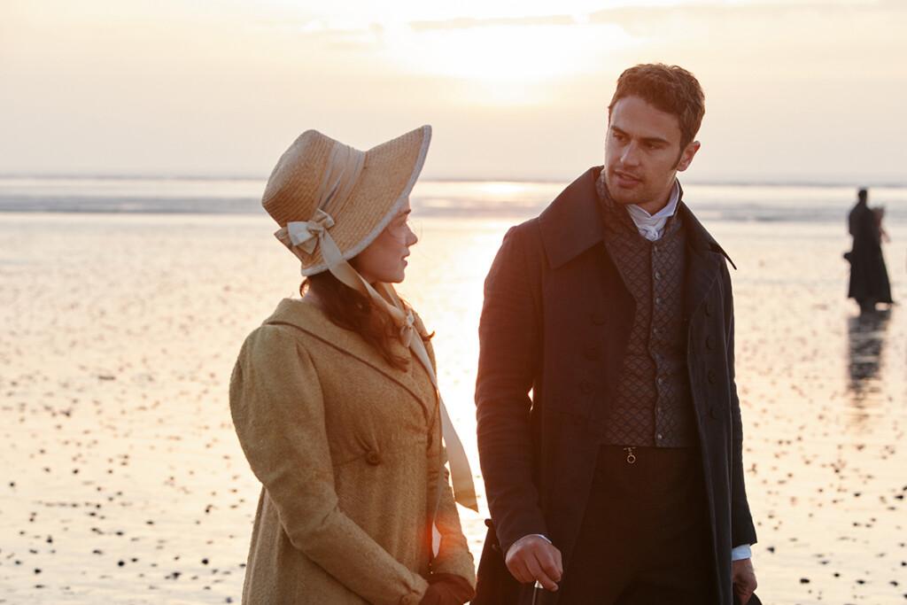Charlotte Heywood como Rose Williams y Sidney Parker como Theo James  en un escenario de playa