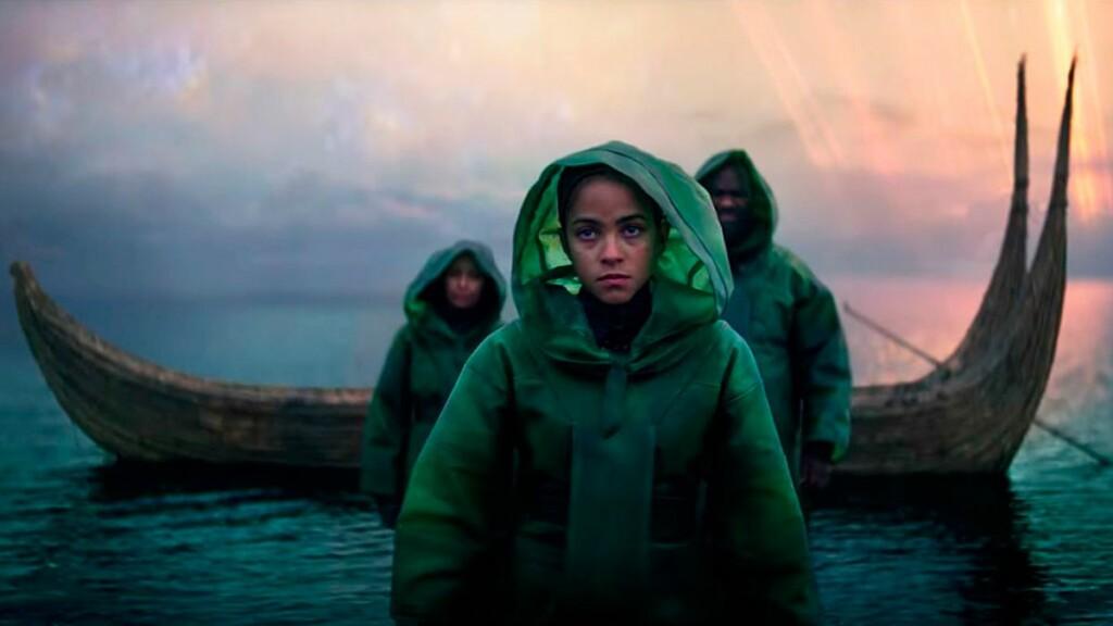 Imagen del tráiler de Fundación, en la que se ve a tres personas con chubasqueros verdes dejando atrás una barca de madera