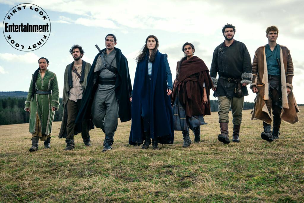 Moraine (Rosamund Pike), en el centro, junto al resto del reparto