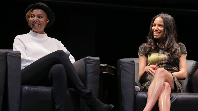 Foto en un evento de prensa de la actriz Jurnee Smollett y la guionista Misha Green sentadas en unos sillones