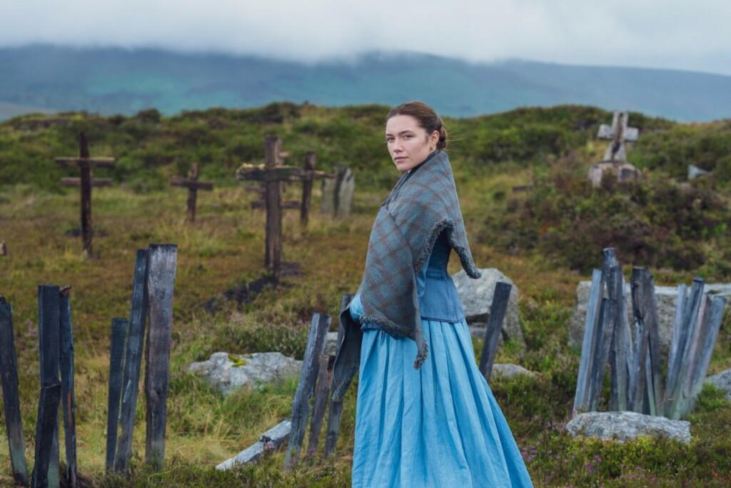 Imagen de la actriz Florence Pugh caracterizada en ropas del siglo XIX en el set de 'The Wonder', en una especie de cementerio en un campo irlandés